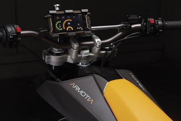 armotia-due-x-r-2wd-electric-motorcycles-smartphone-dash